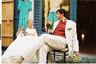 Muž popíjí pivečko, manželska čte. Copak to čteš, miláčku?