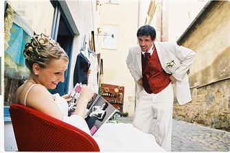Cože? Tak krátce po svatbě a už si prohlížíš cizí mužské?