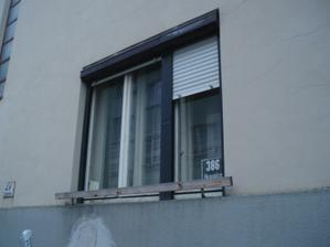 okna před