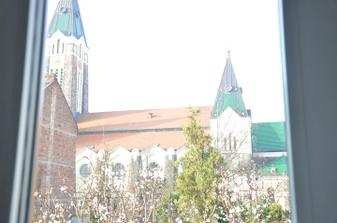 výhled na kostel z obýváku