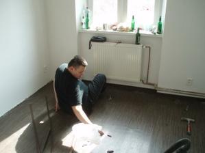 pokládání lina v kuchyni