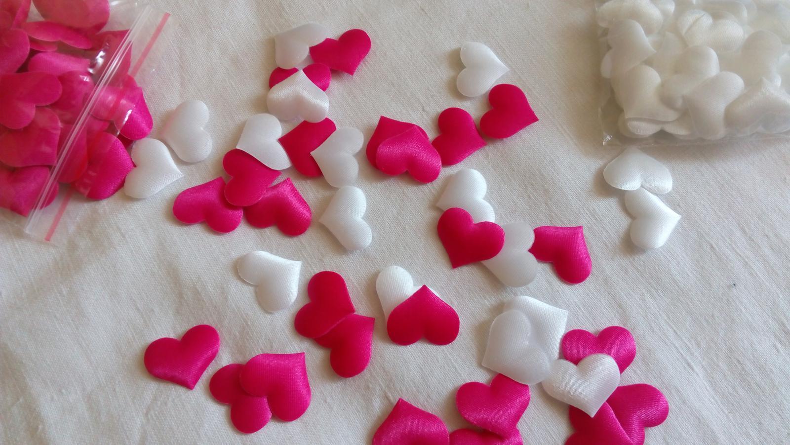 bílé a růžové, červené srdíčka, konfety na stůl - Obrázek č. 3