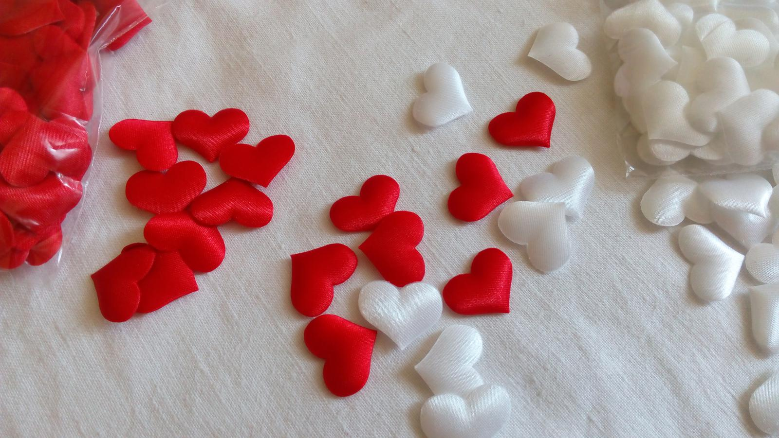 bílé a růžové, červené srdíčka, konfety na stůl - Obrázek č. 4