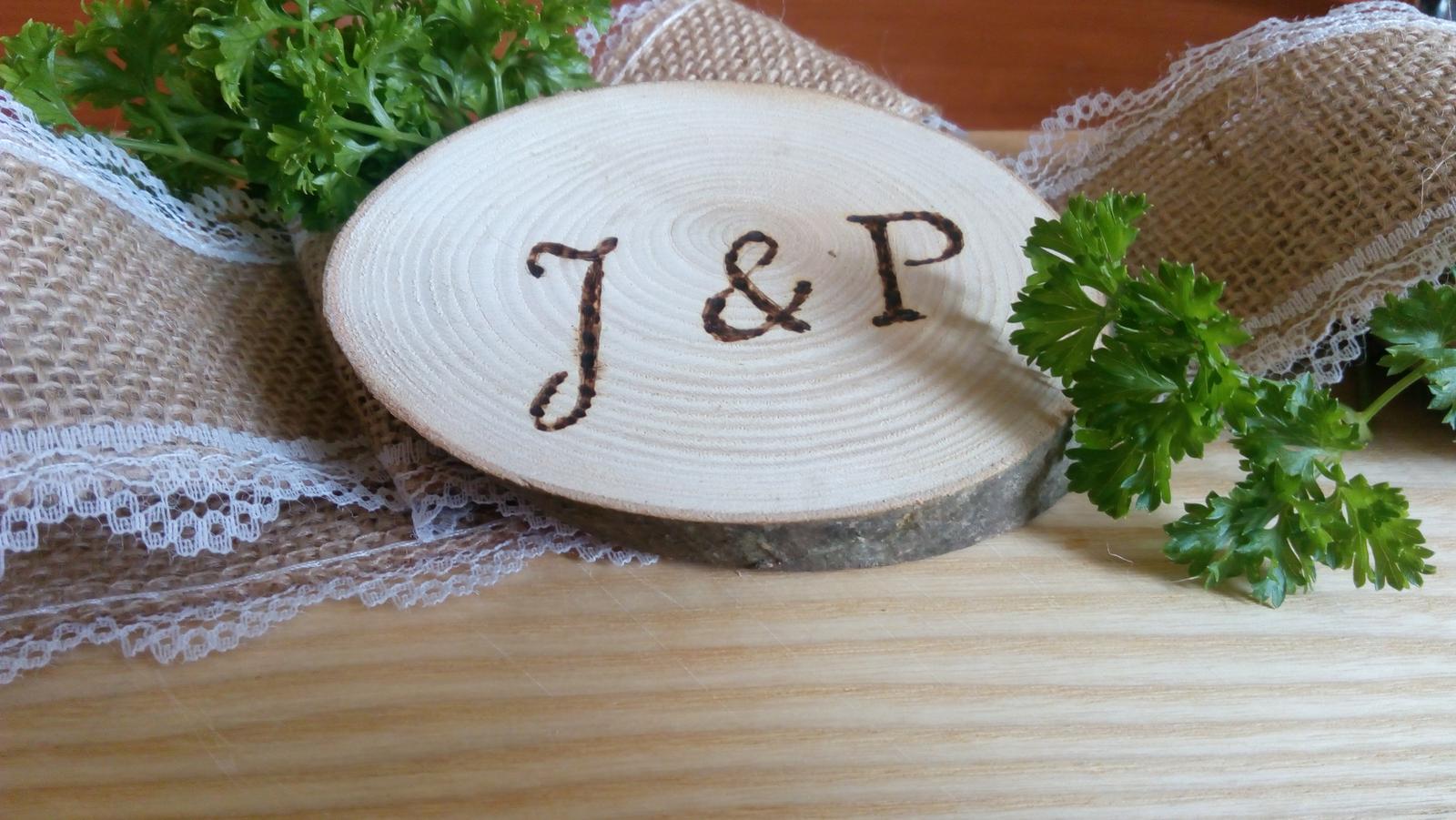 iniciály vypálené ve dřevě - Obrázek č. 3