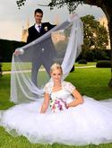 Dlouhý, třpytivý svatební závoj. Třpytky jsou velmi výrazné a tak závoj osvěží i jednoduché svatební šaty.  Tento patří mezi nejoblíbenější.