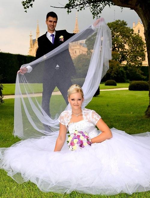 studioleni - Dlouhý, třpytivý svatební závoj. Třpytky jsou velmi výrazné a tak závoj osvěží i jednoduché svatební šaty.  Tento patří mezi nejoblíbenější.