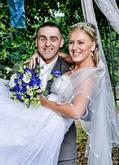 Dlouhý, svatební závoj, ručně lemovaný girlandou s perličkami a kytičkami.
