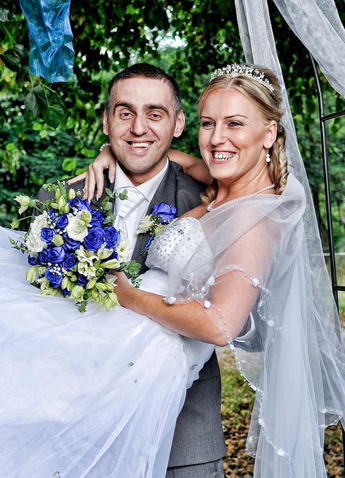 studioleni - Dlouhý, svatební závoj, ručně lemovaný girlandou s perličkami a kytičkami.