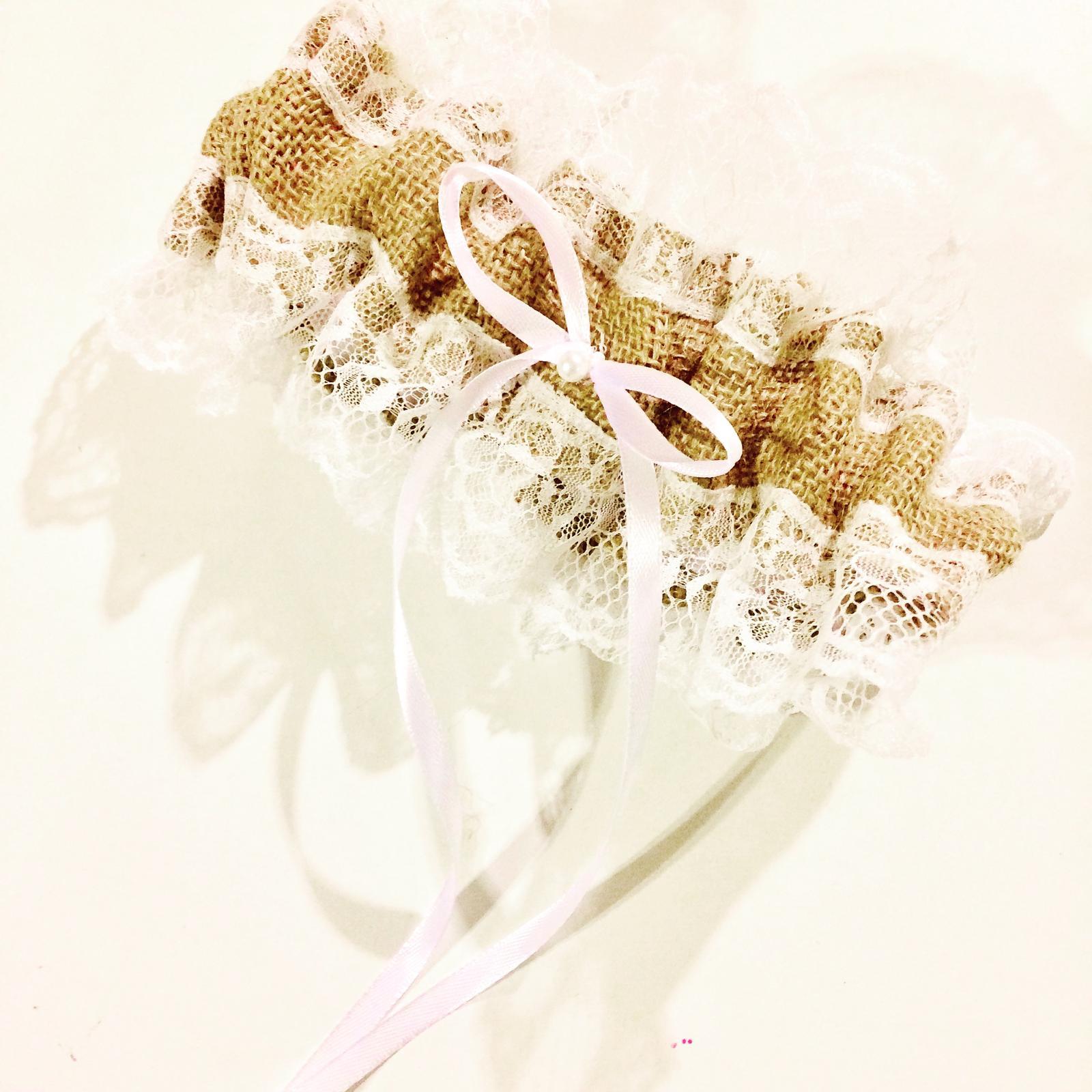 Podvazky na zakázku podle přání - 250 kč Jutový podvazek s krajkou, saténovou stužkou a perličkou