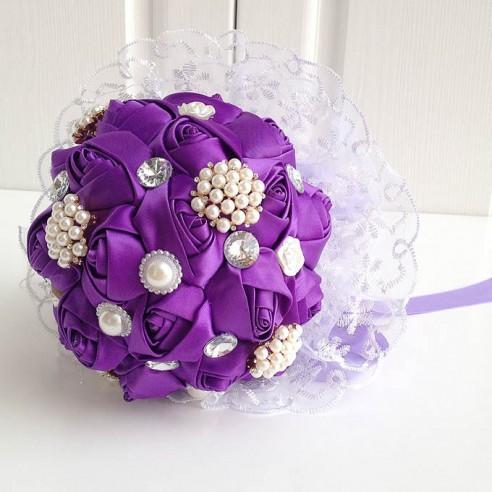Fialová svatba - Saténová svatební kytice s bižutérií