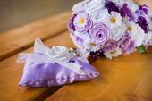 Saténová, převislá svatební kytice a korsáž,