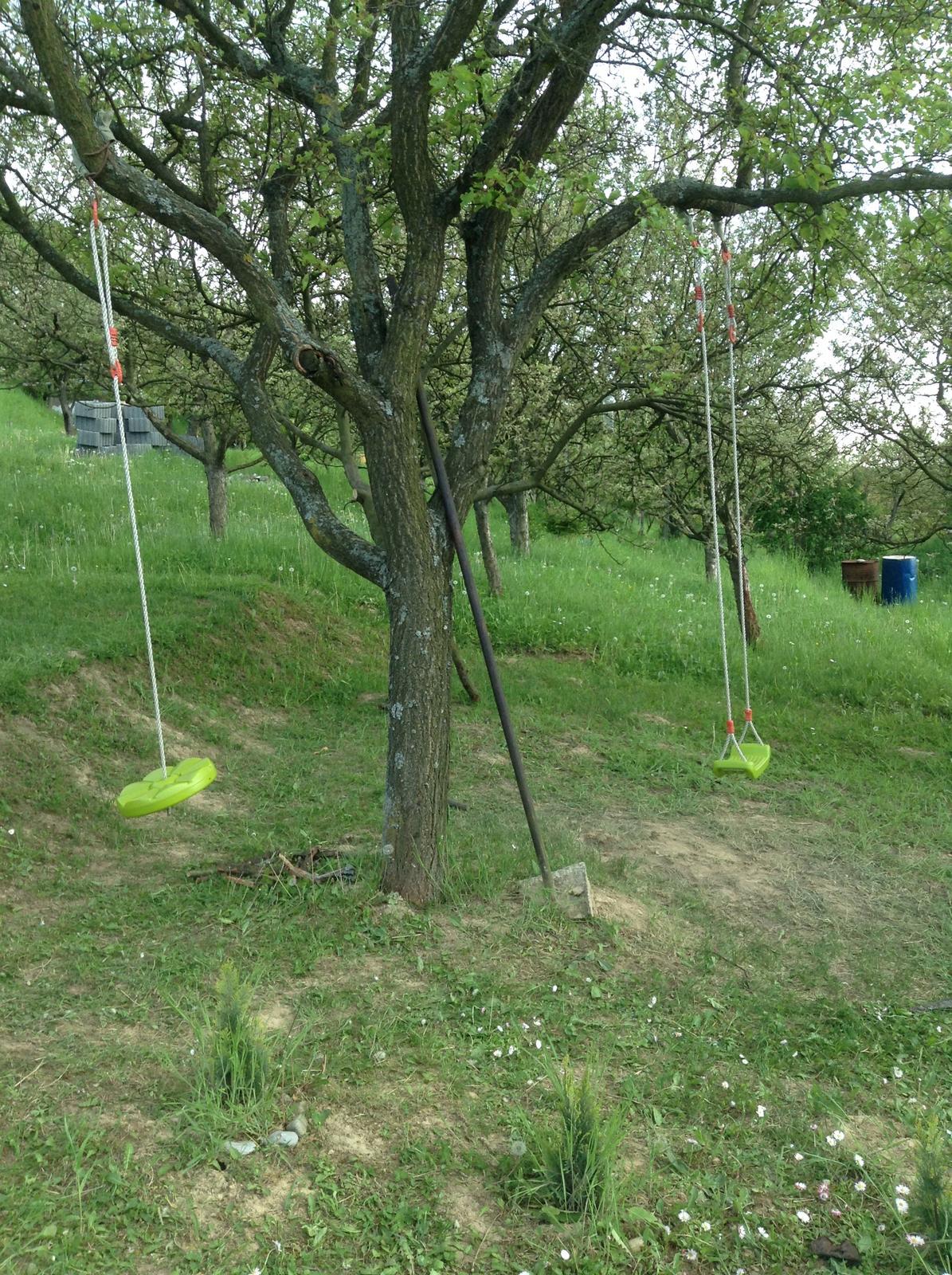 """""""Domček"""" - Deti maju uz namontovane preliezky na strome"""