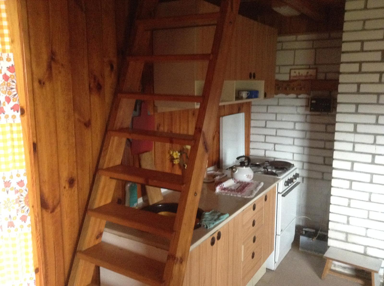 """""""Domček"""" - schody do podkrovia, kuchyňa a elektrika :)"""