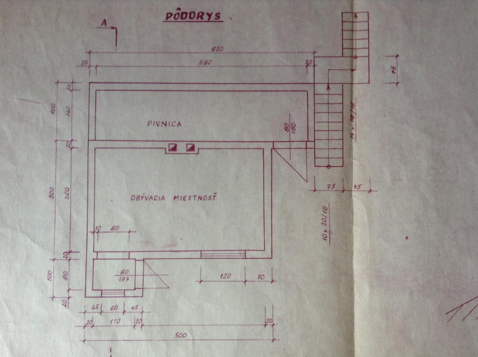 """""""Domček"""" - Pôdorys - okno je posunuté viac k dverám, komín rovnako je posunutý viac do ľavej strany. A v ľavo je spravená prístavba - drevená kôlňa na náradie"""
