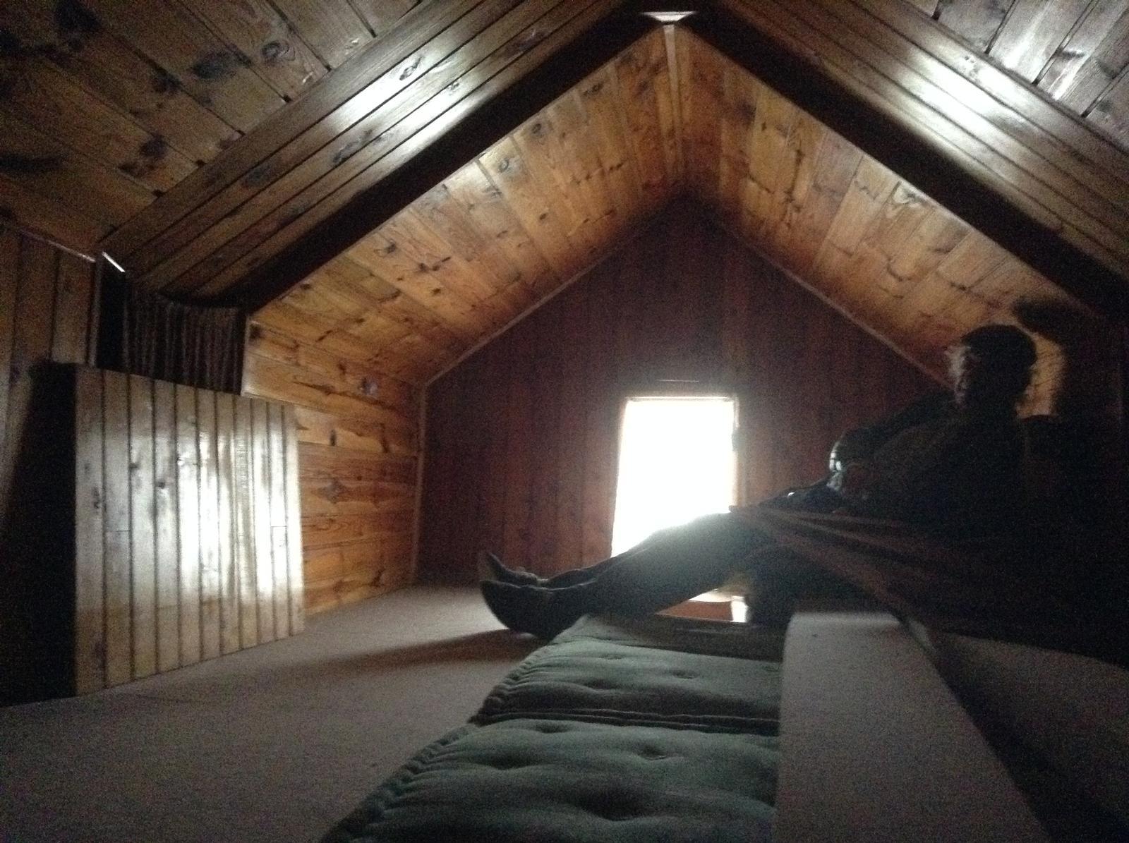 """""""Domček"""" - Takto podkrovie vyzeralo pôvodne....  To tmavé drevo sa na mňa valilo zo všetkých strán..."""