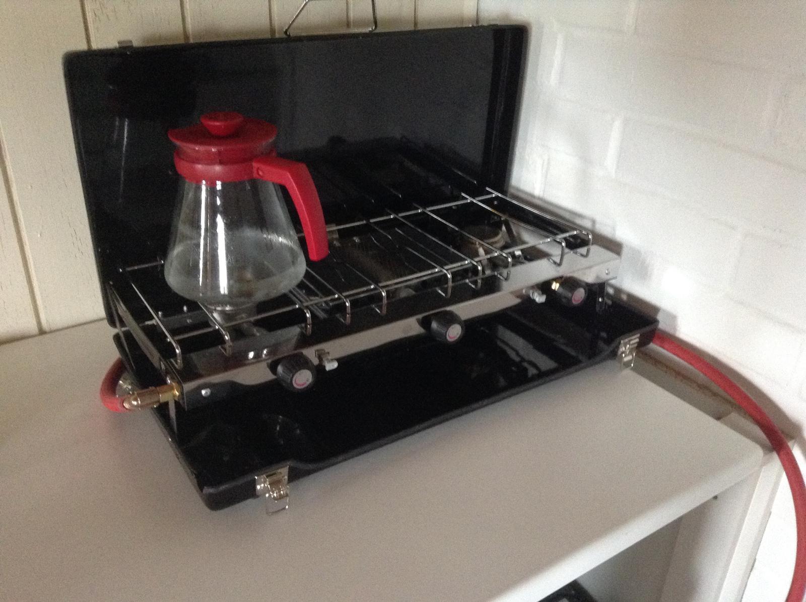 """""""Domček"""" - vyhodila som šporák a kúpila si varič - voda mi na ňom zovrie podstatne rýchlejšie a veeeeeeľmi sa mi páááči... navyše vyzerá že je aj praktický, aj keď ten stredový gril moc veľká sláva asi nebude... ale nevadííí"""
