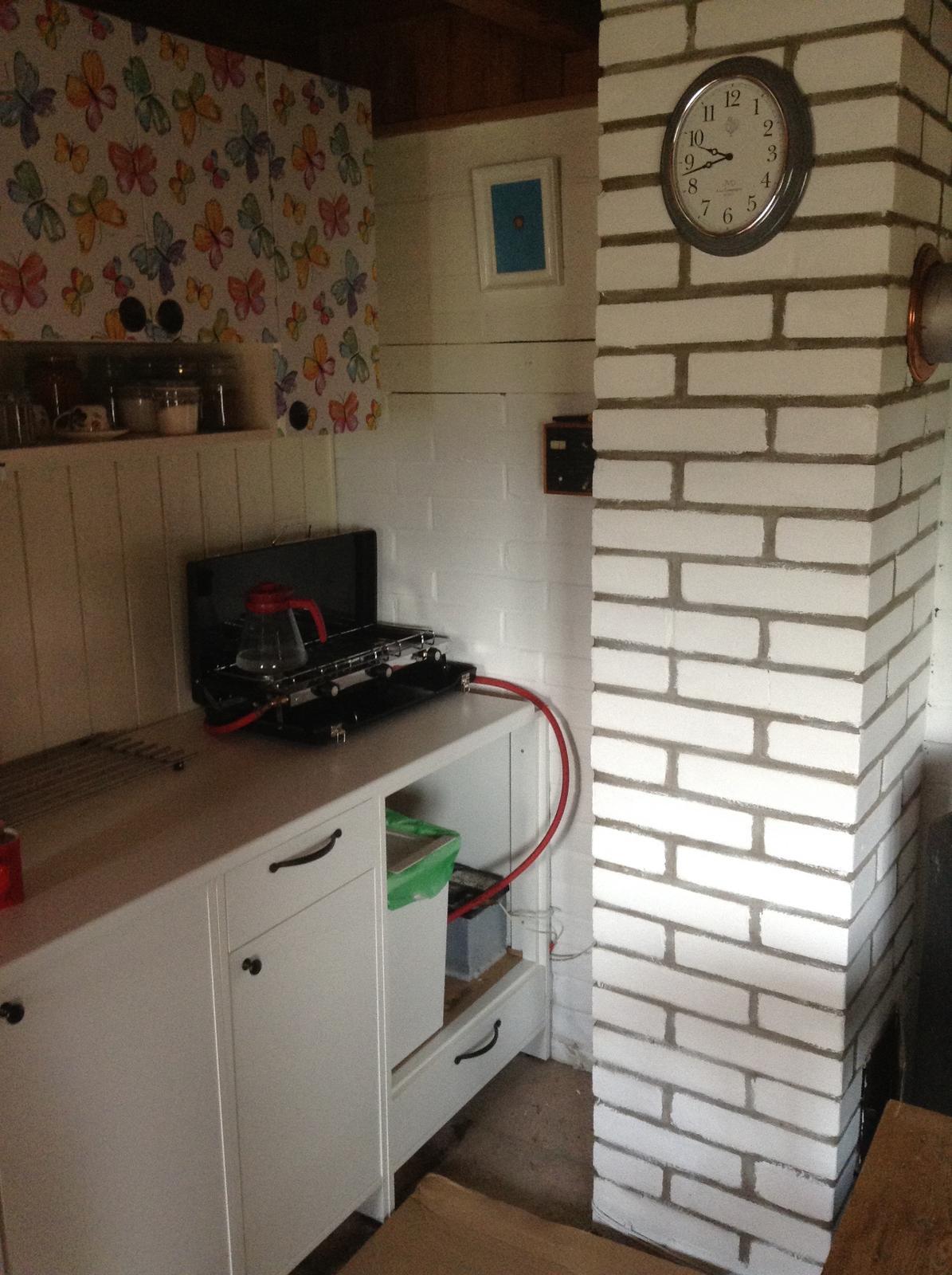 """""""Domček"""" - moja nová kuchyňa :) spolu s komínom a hodinami...  Na tú skrinku ešte pôjde záves, už je ušitý..."""