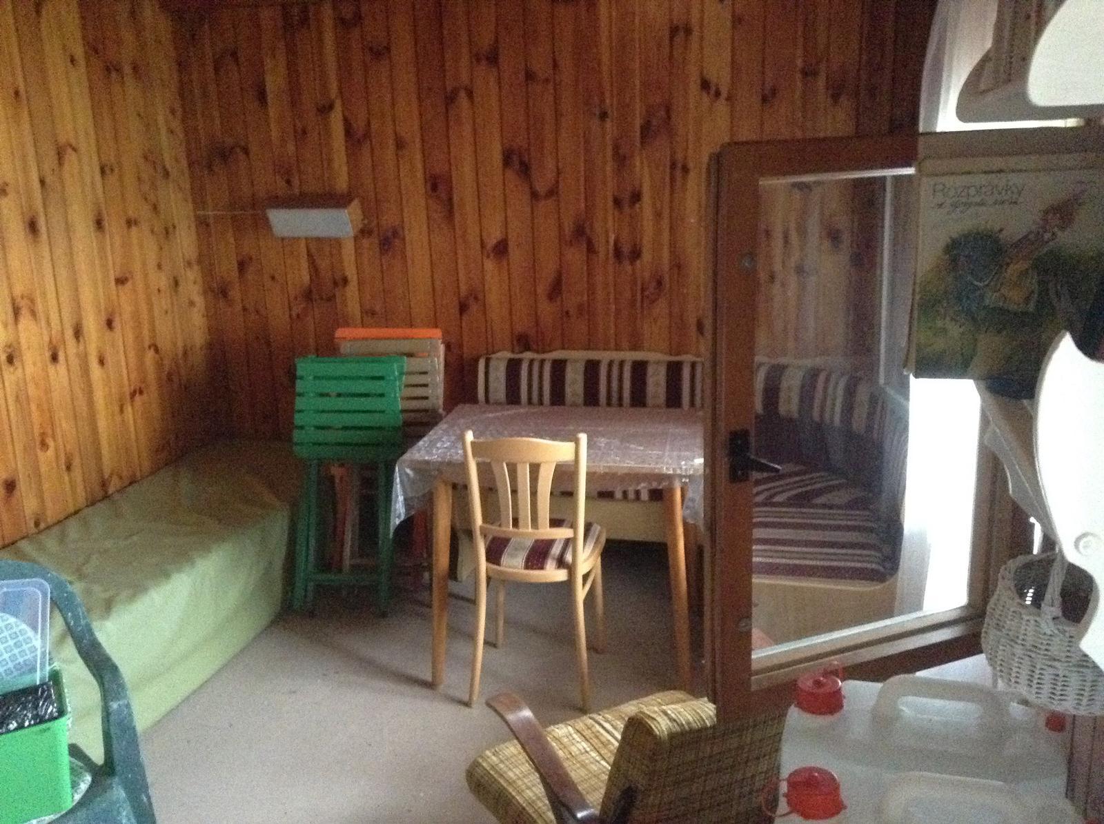 """""""Domček"""" - zelená pohovka pôjde von pod altánok, keď bude postavený... a rovnako aj tie skladacie stoličky...    Na ich mieste bude zrenovované kreslo, minimálne jedno, a možno zreparujem obe :)"""