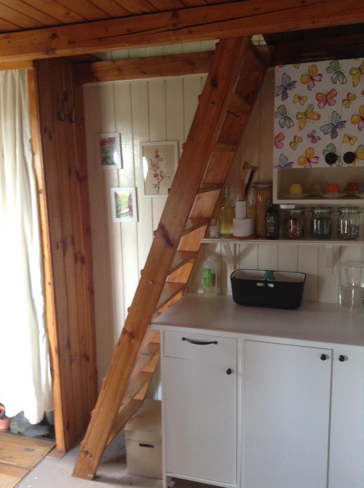 """""""Domček"""" - po natretí steny veľmi prekukli schody"""