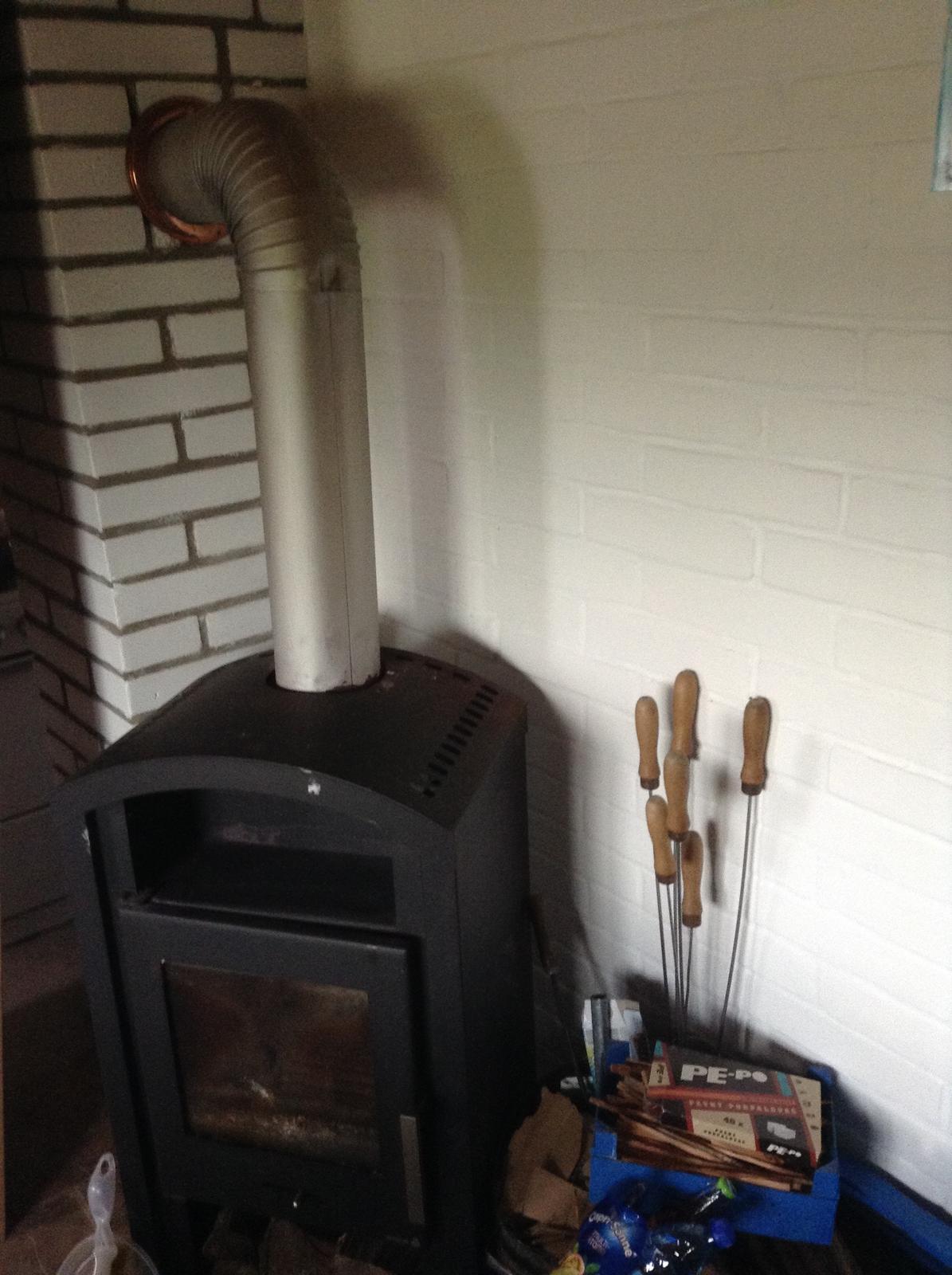 """""""Domček"""" - tehlový obklad konečne natretý....  a maľovala som aj každú jednu tehličku na komíne :)"""