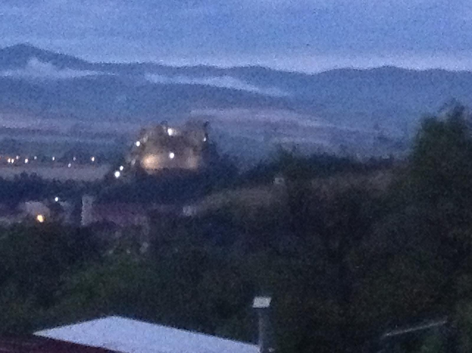 """""""Domček"""" - výhľad v noci na vysvietený hrad...   aj keď áno, foto nič moc, ale nevadíííí :)"""