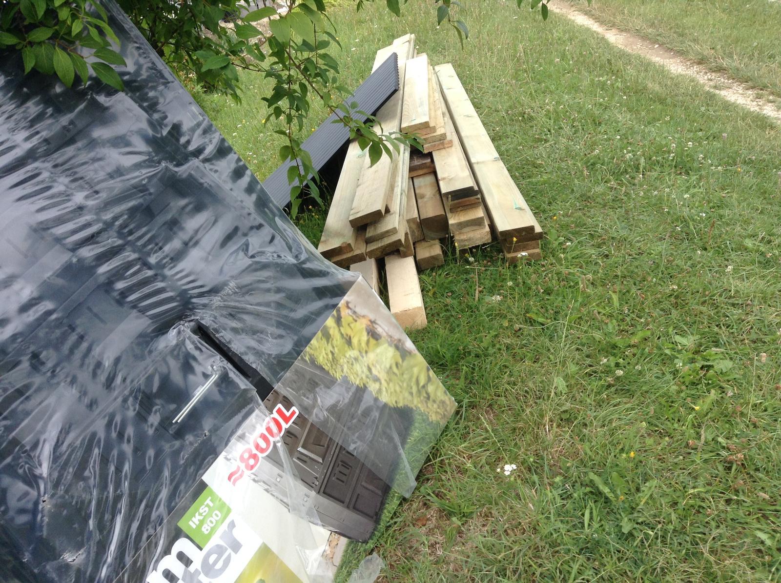 Domček - stavba altánku - Tá kopa dreva - to bude altánok ;)