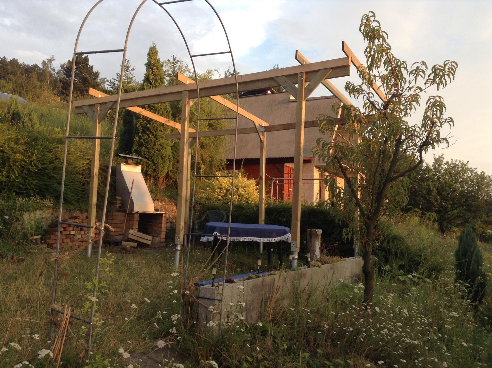 Domček - stavba altánku - Pergola postupne dostáva svoju tvár... :)