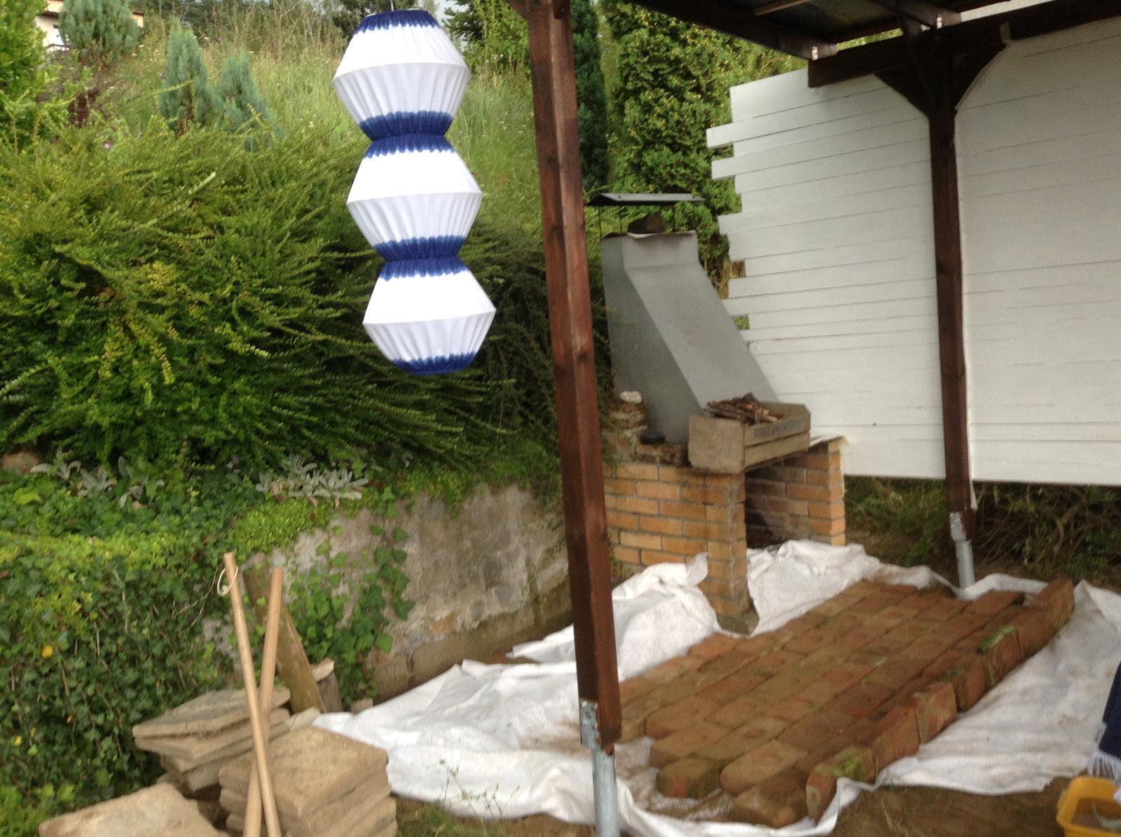 Domček - stavba altánku - Tehly čiastočne položené...