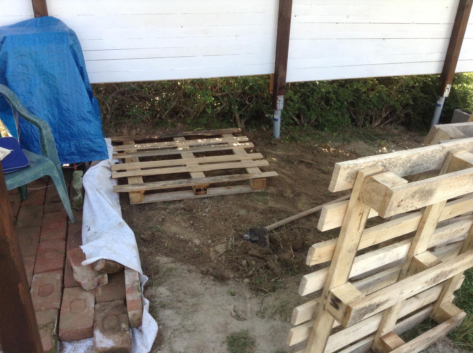 Domček - stavba altánku - Začíname makať na drevenej podlahe...