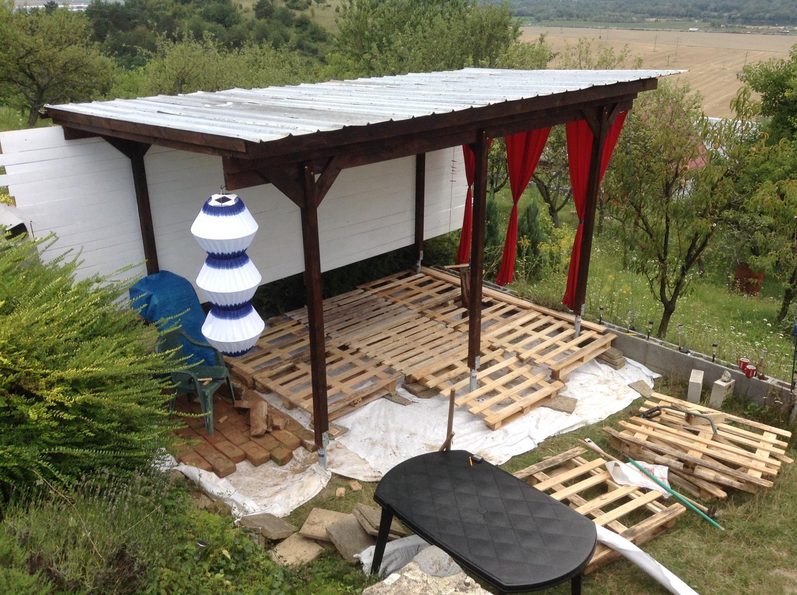 Domček - stavba altánku - pomaly rošt rastie ;)