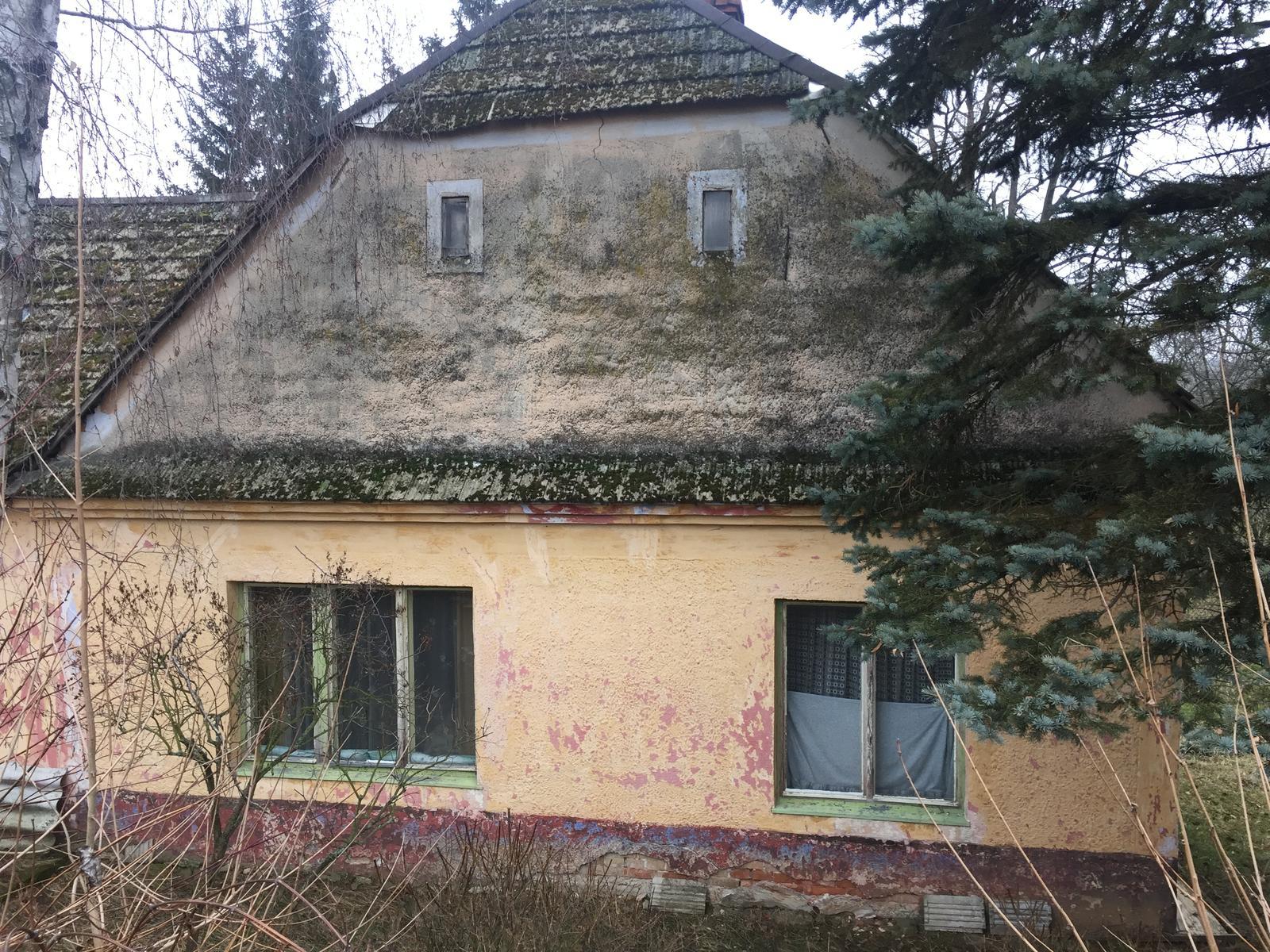 Perníková chalúpka - okná do dvoch veľkých izieb zo zadnej strany