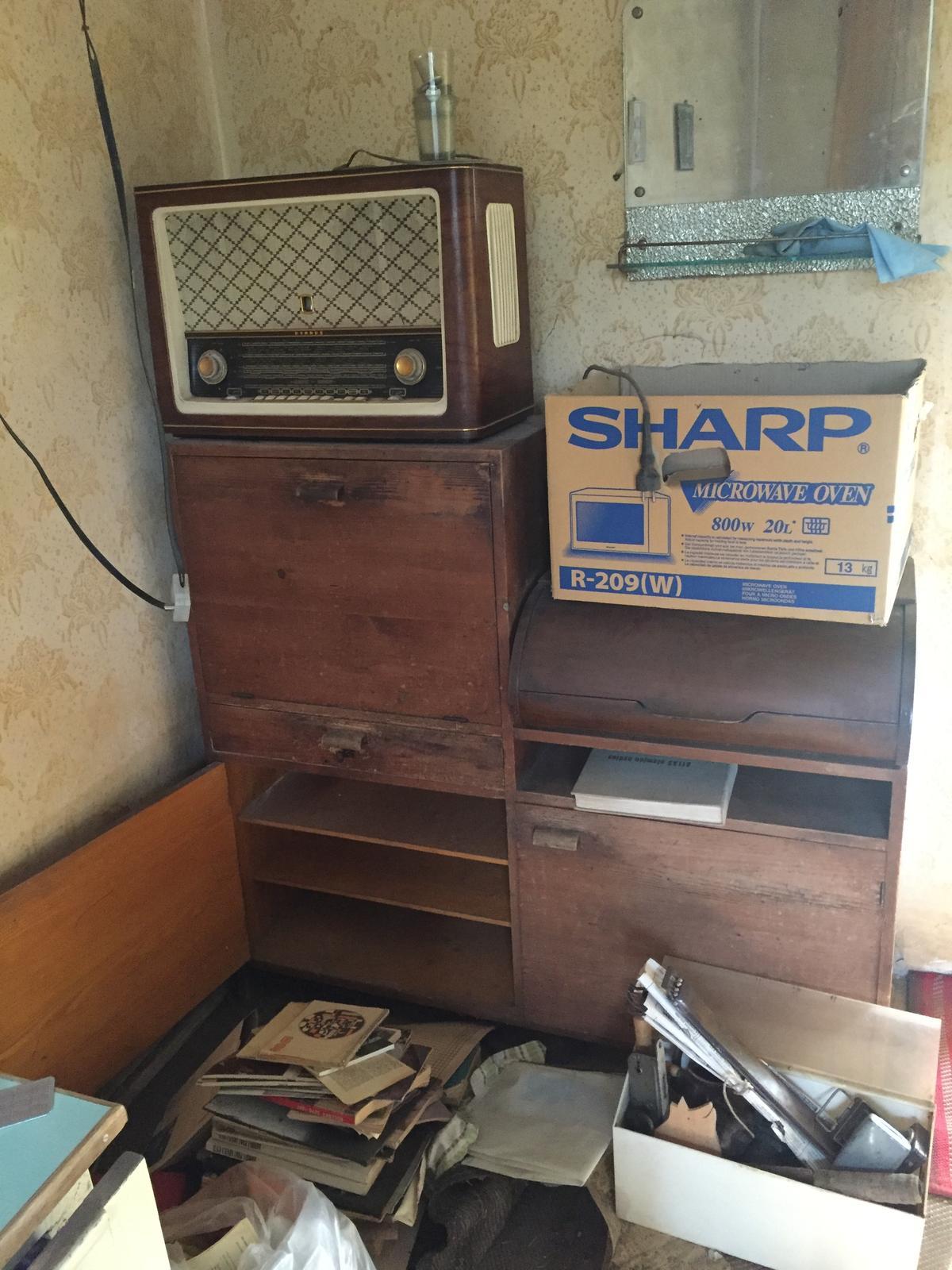 Perníková chalúpka - gramofón asi pôjde preč, rádio bude dekorácia... A možno si gramofón nechám a spojazdním to všetko :)   - no a zo skrinky bude kuchynská linka :)