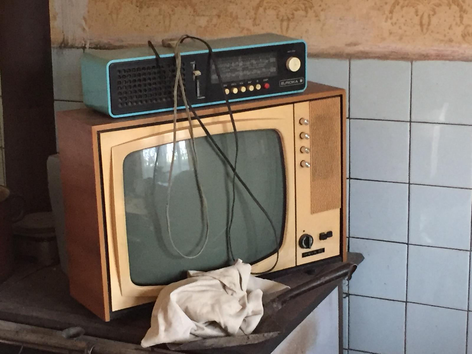 Perníková chalúpka - televízor a rádio použijem ako dekoráciu