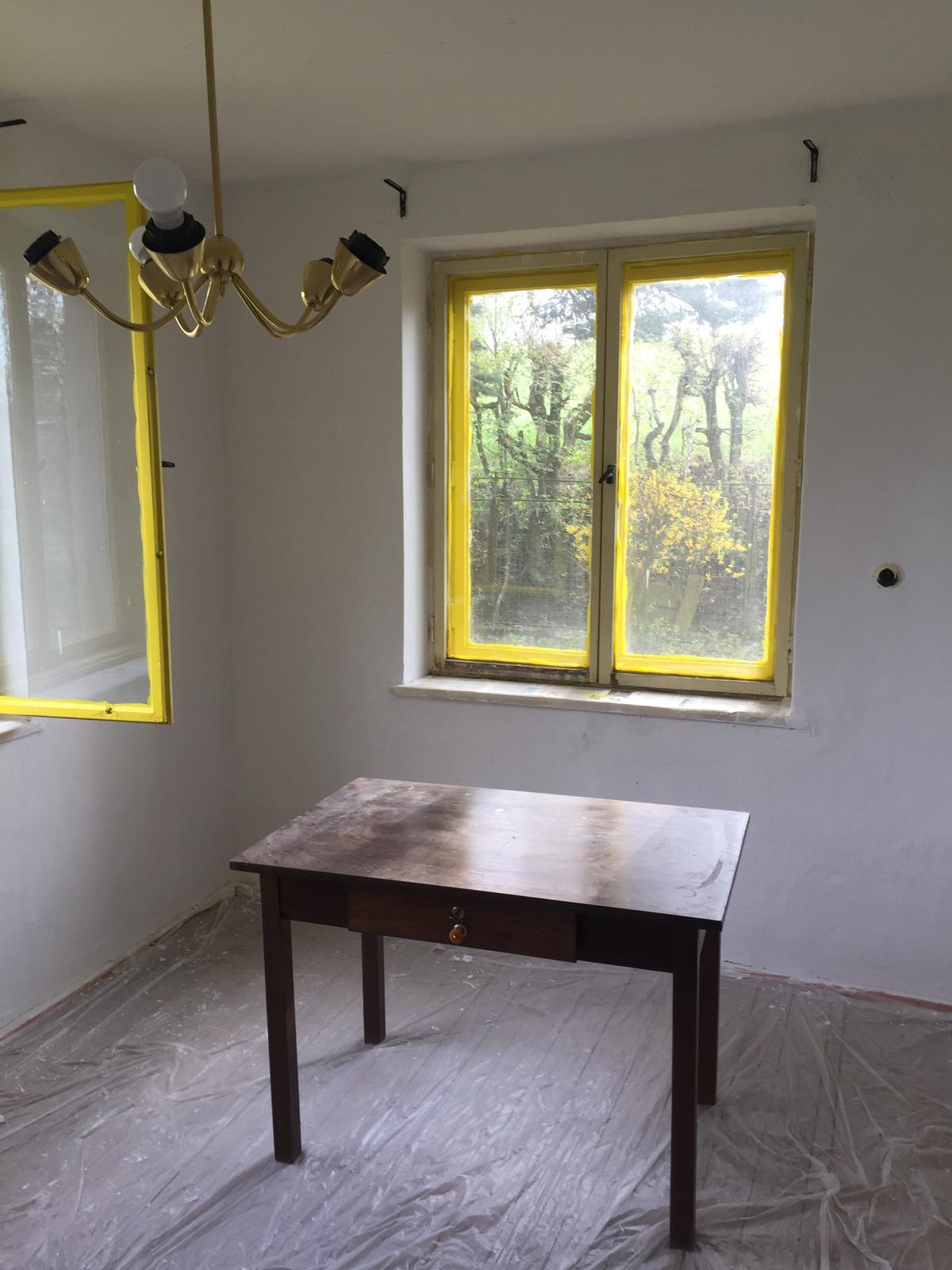 Perníková chalúpka - ...aj ked povodna farba okien bola ina, zlta zvonku im celkom pristane ;)