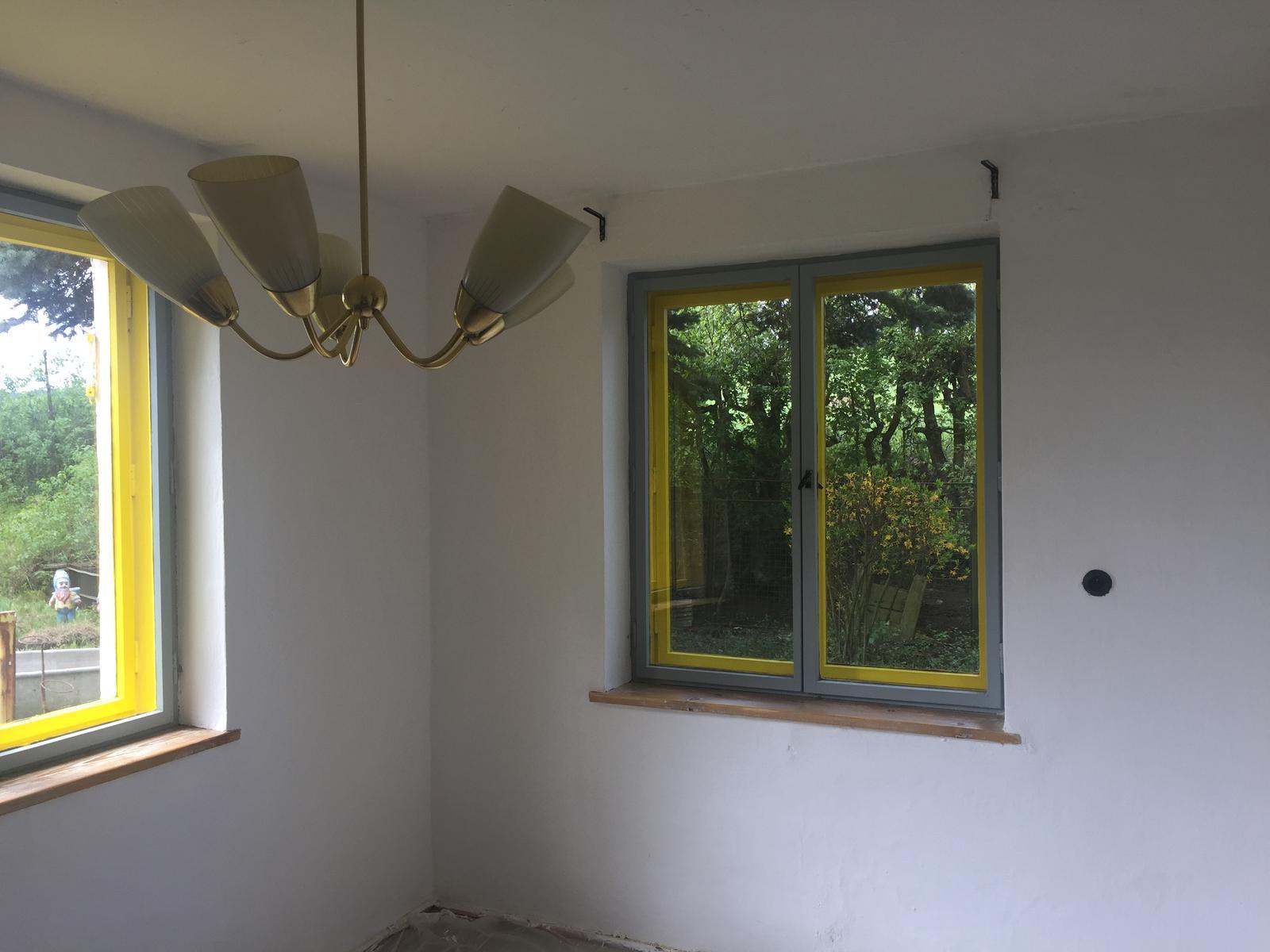 Perníková chalúpka - okná namaľované, umyté, parapet naolejovaný - už len podlaha a môžem jedáleň zariaďovať :)