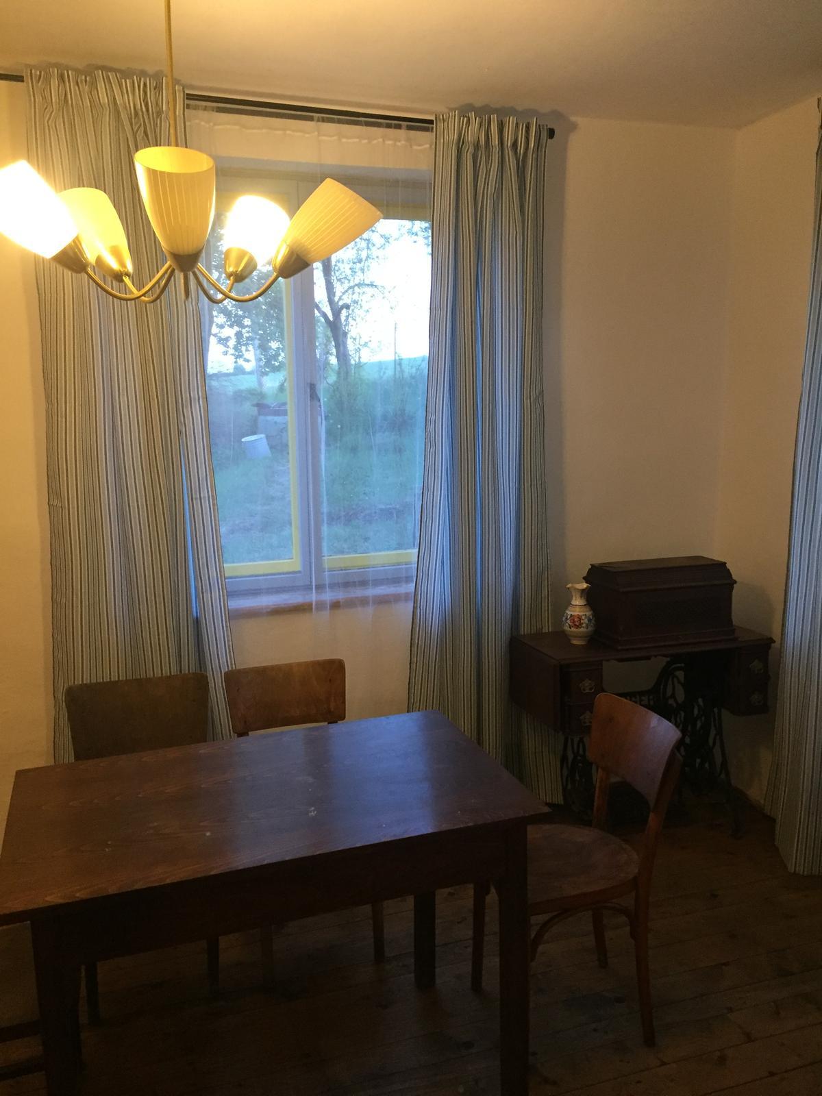 Dom - este zvacsit pracovnu dosku stola a dat svedsku lavicu do rohu - a izba na komplet hotova ;)