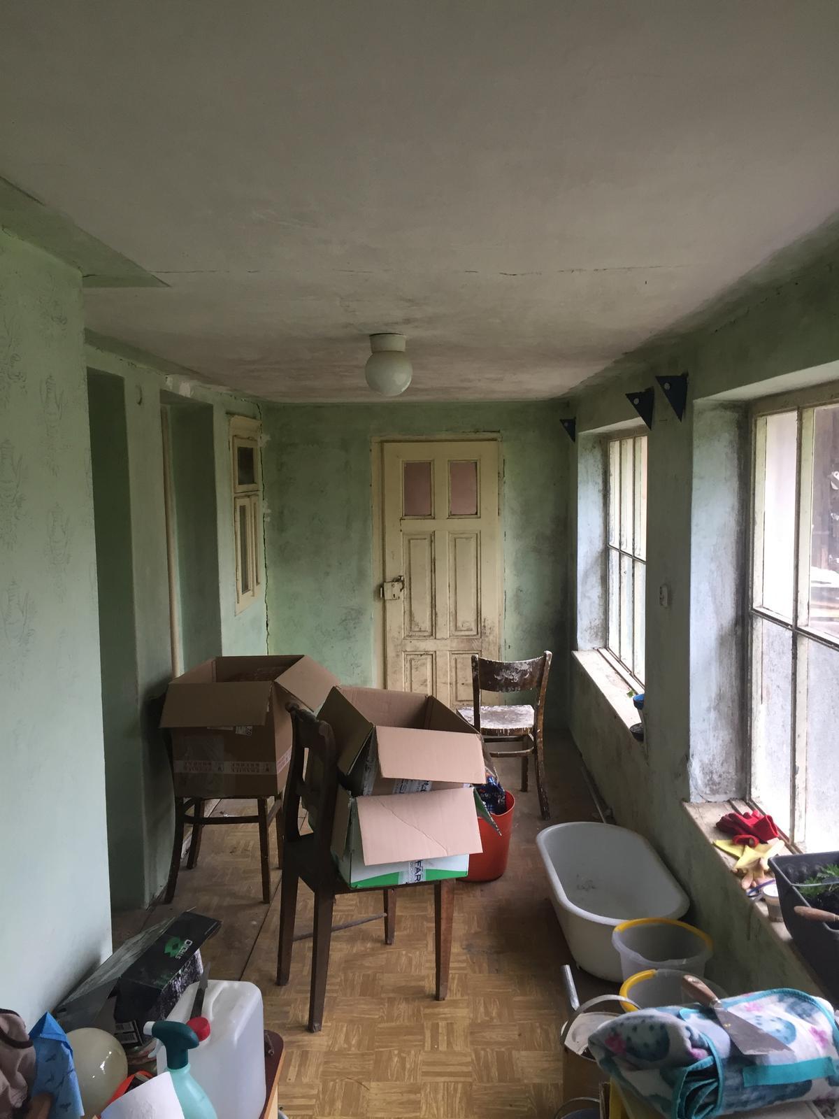 Perníková chalúpka - Veranda - a to je uz vypratana z toho najhorsieho - a este perlicka, od tych dveri nie je kluc ;)