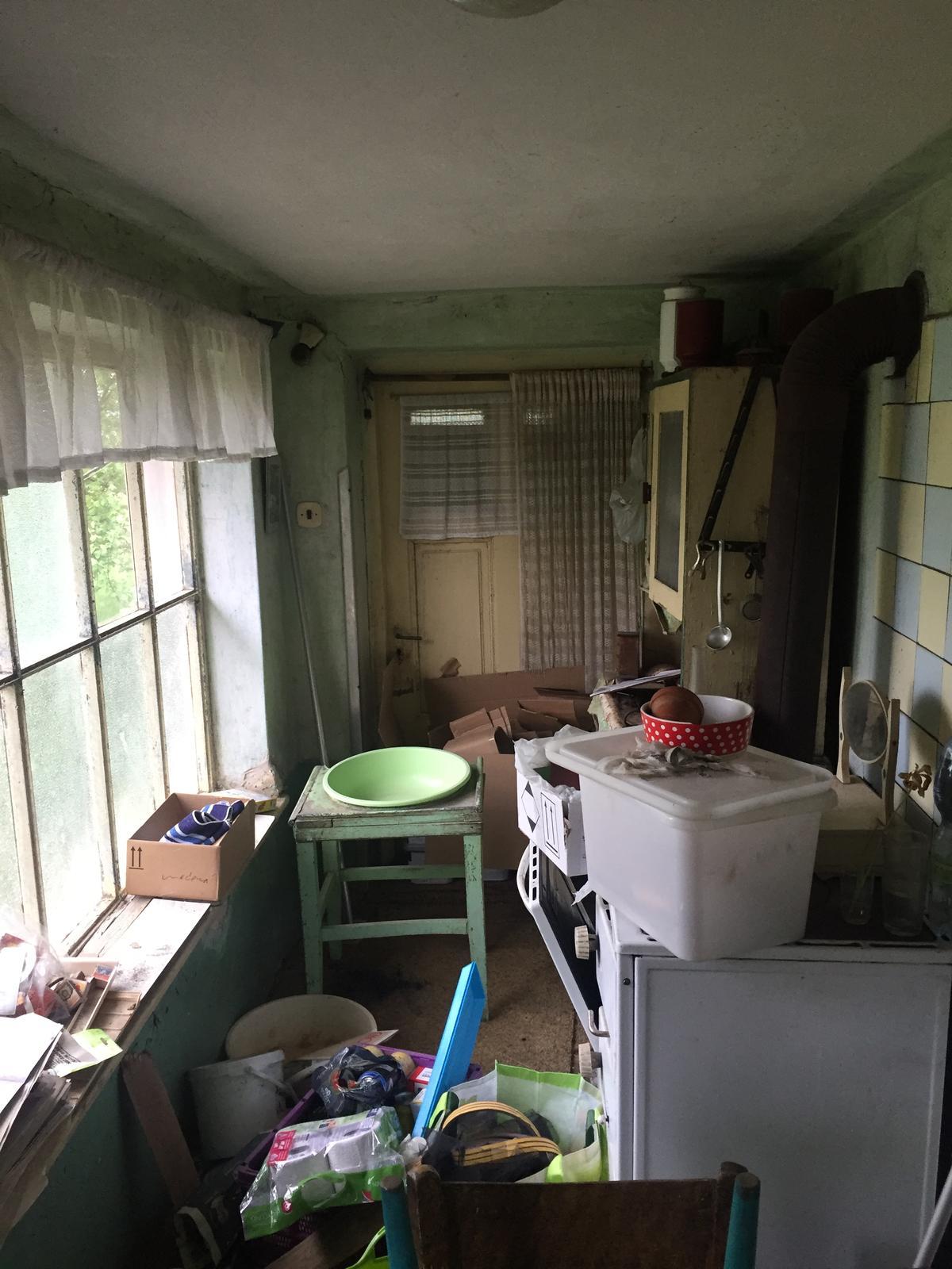 Perníková chalúpka - veranda druhy smer - rovnako dvere nikam a ten kredenc tam za sporakom des a hruza..