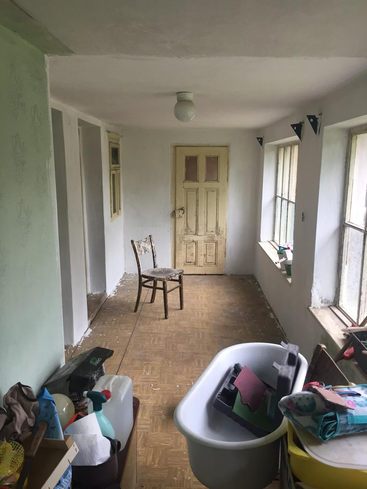 Perníková chalúpka - dvere nikam a okno do izby v procese