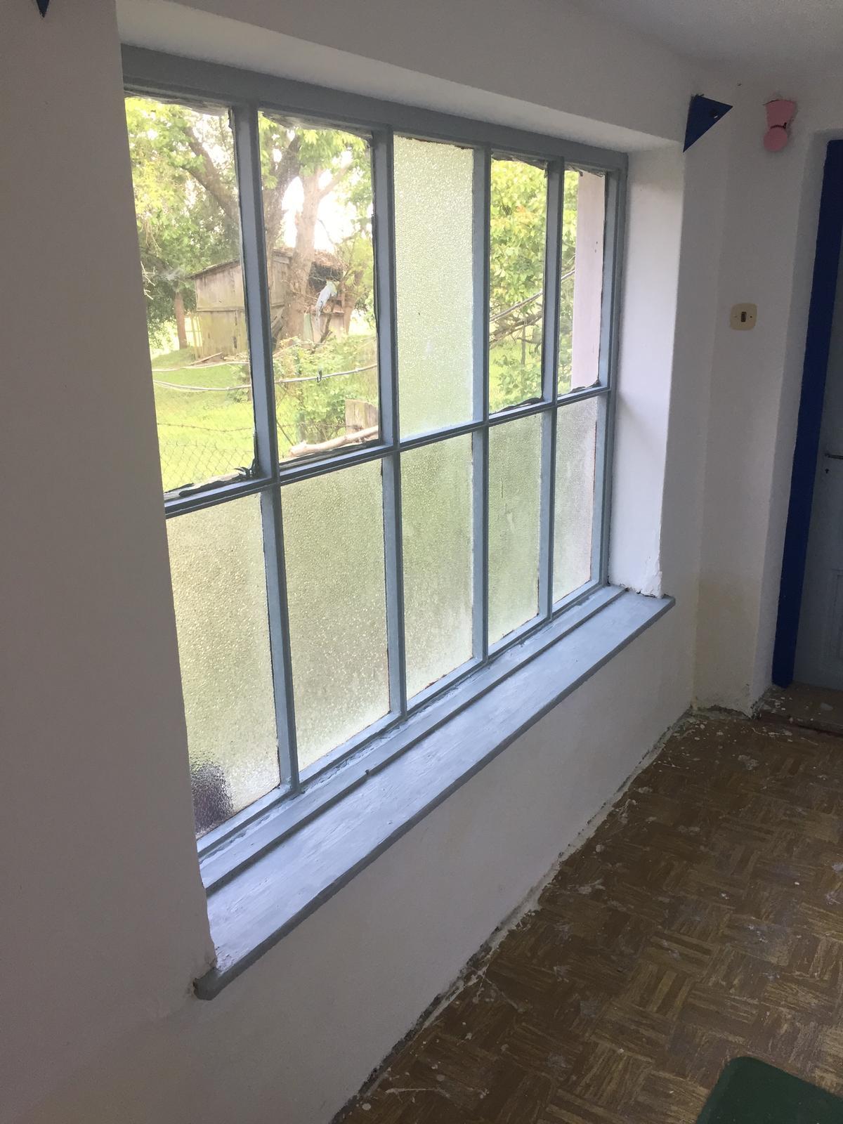 Perníková chalúpka - okno konečne natreté