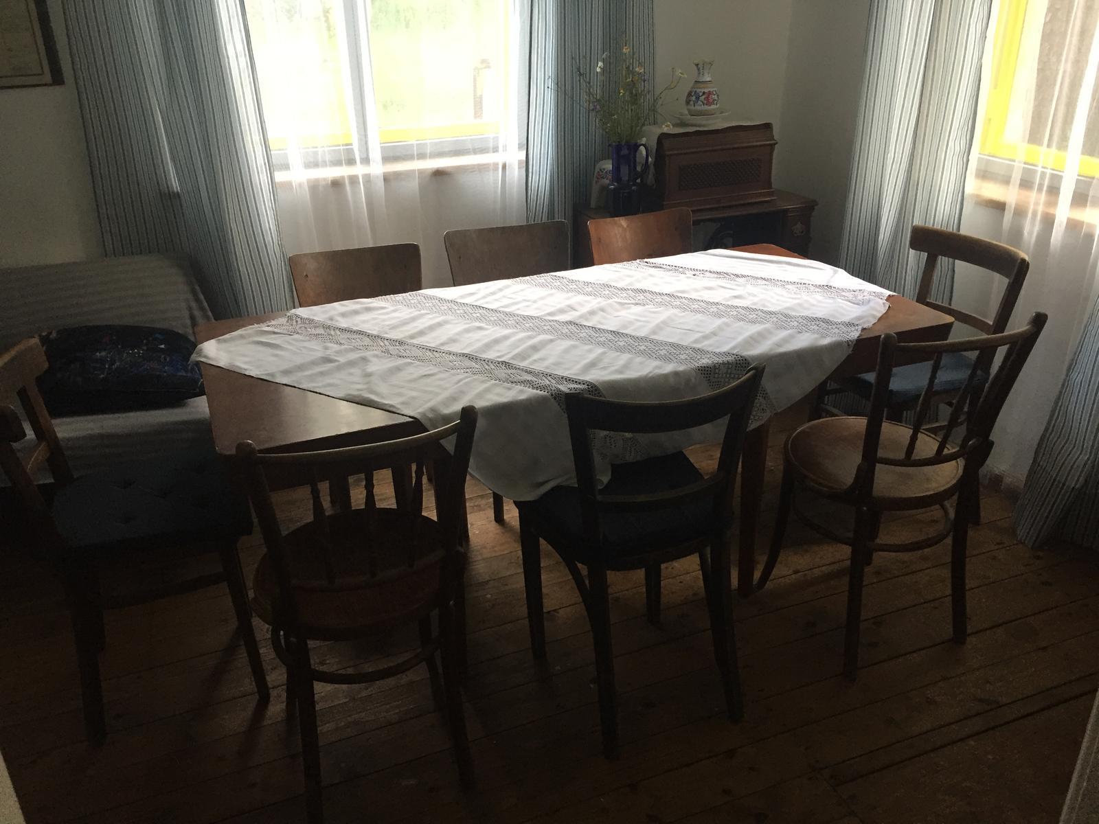 Perníková chalúpka - nový stôl - pre osem ľudí.  Proste jedáleň ako má byť :)