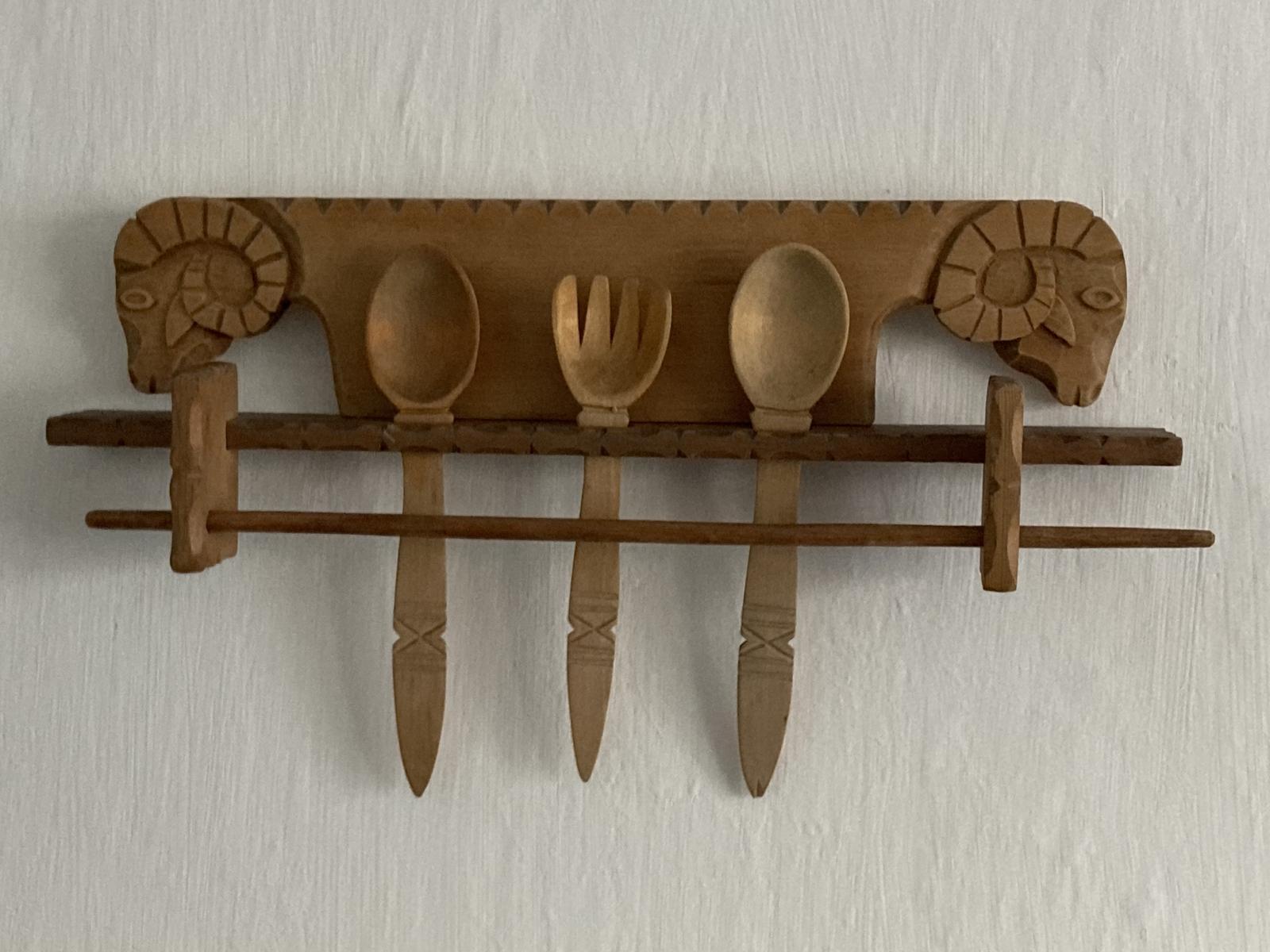 Dom - ...teta zvesila zo steny pri rekonstrukcii ich kuchyne, tak barany sa nastahovali ku mne...