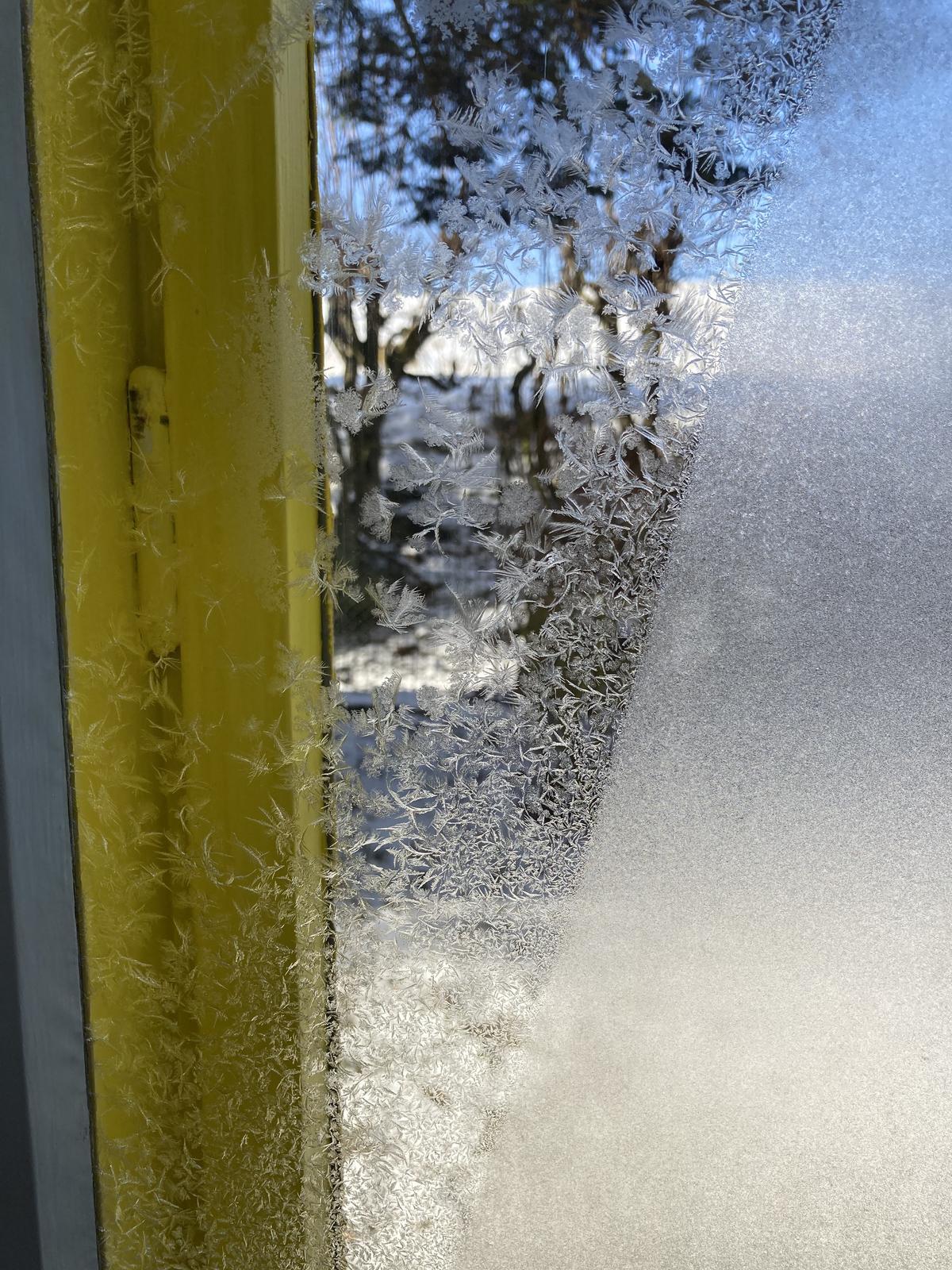 Dom - ráno sme našli takéto, už zriedkavé, malovanie na oknách ❤️
