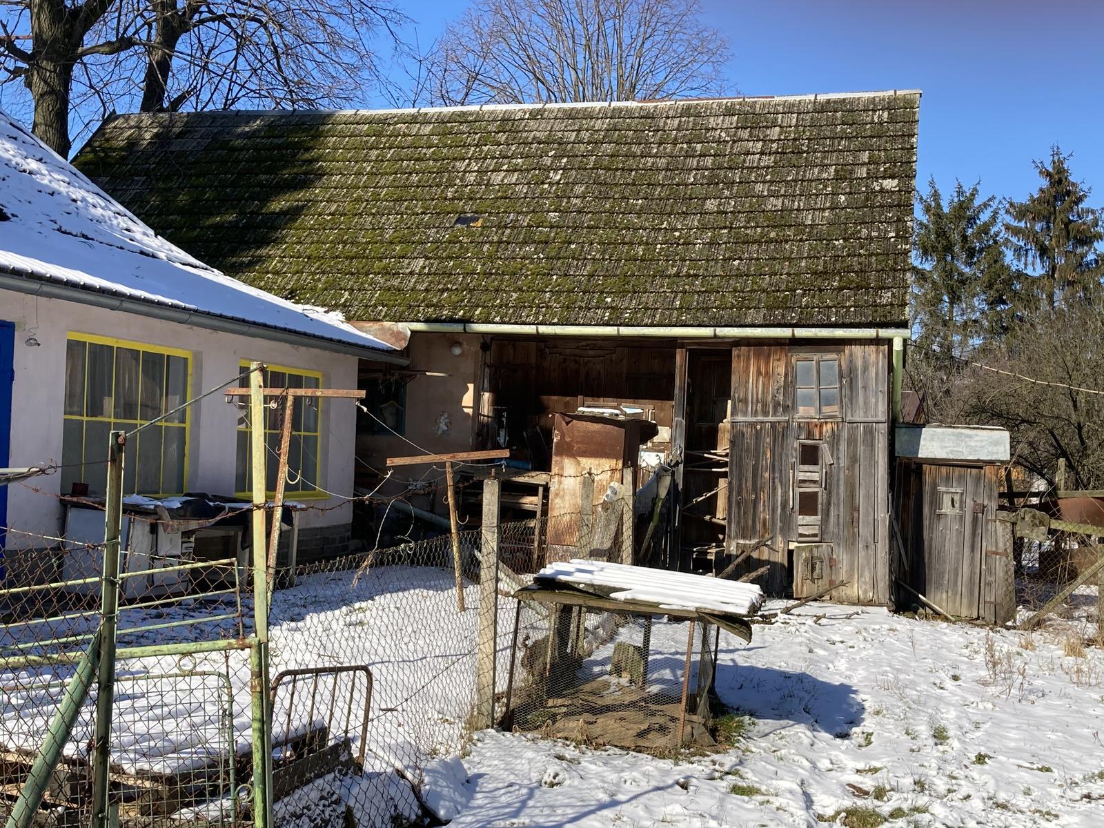 Dom - ...a keď bude priestor, všetko drevo zo šopy pôjde preč, rovnako ako bordel z dvora, a bude tam altánok a časom aj veľký bazén ;)