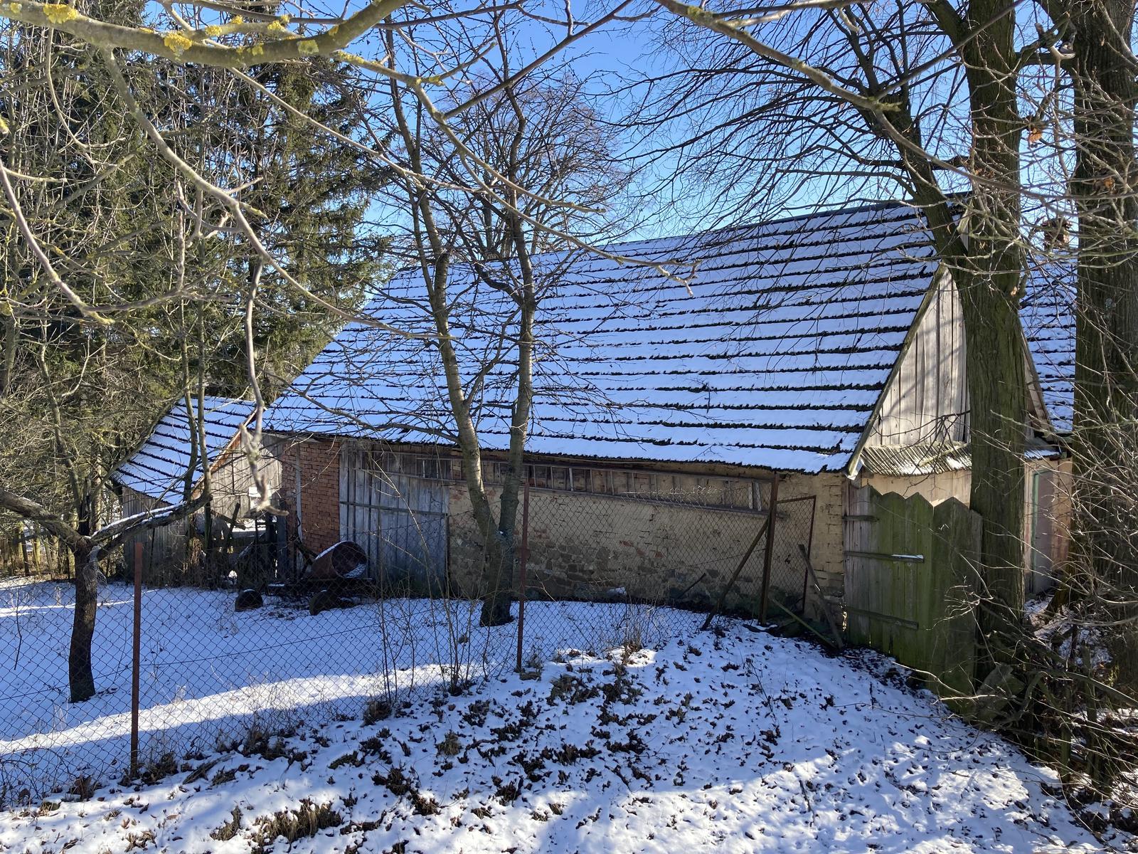 Dom - šopa z pohľadu od suseda - vyzerá to na pálené tehly