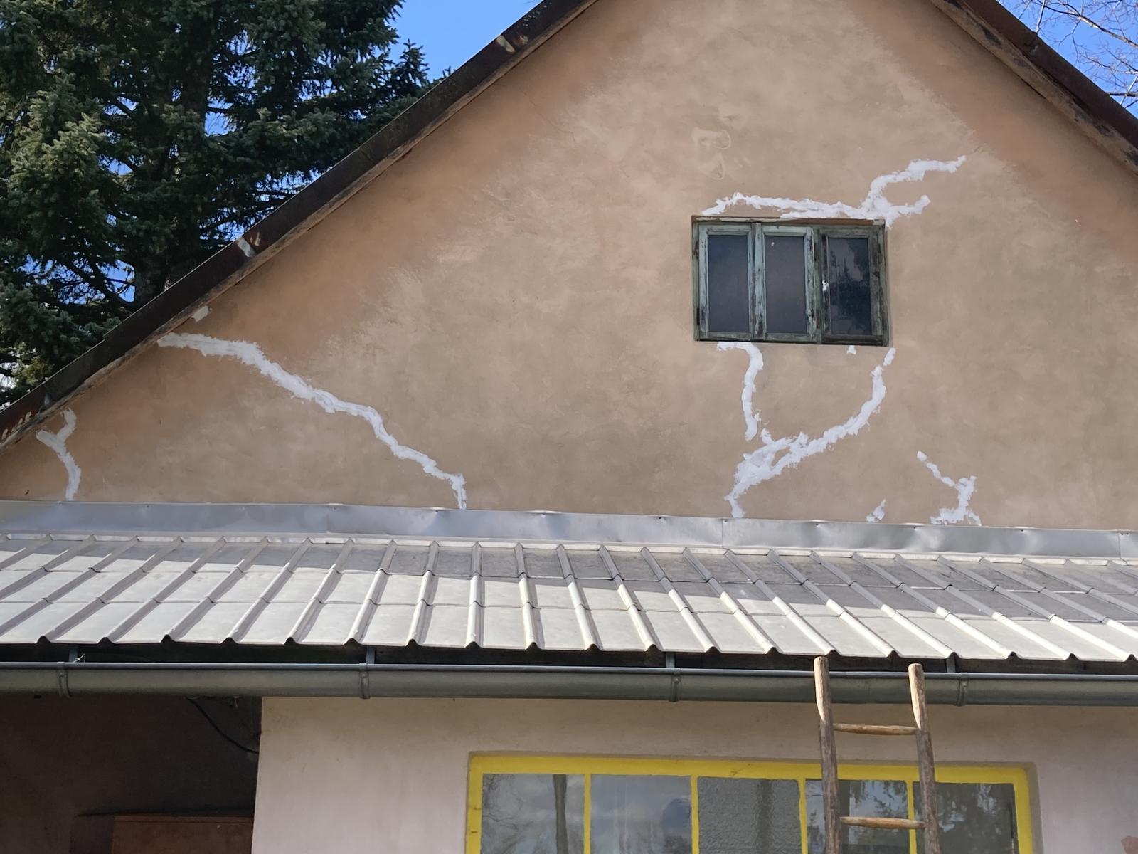 Dom - .. už len okno a fasádu natrieť...