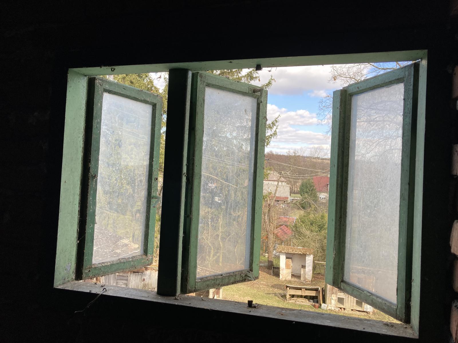 Dom - ...  a ide sa na okno na povale / v podkrovi ;)