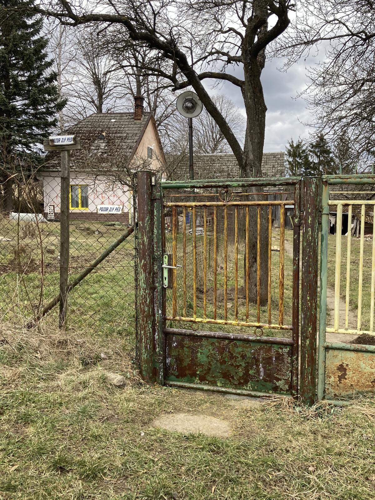 Dom - bránka obrúsená, natretá odhrdzovačom, pripravená na natieranie konečnou farbou