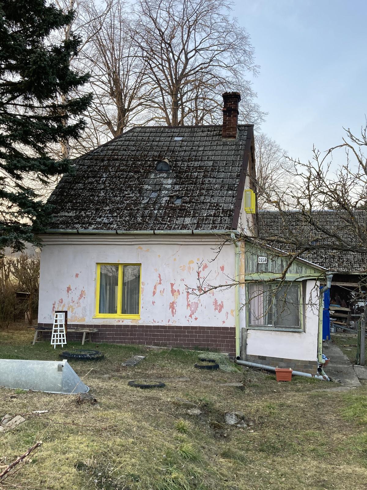 Dom - ešte musím vybúrať toto okno vpravo, natrieť ten vrch a dať tam nejaké krajšie číslo domu :)