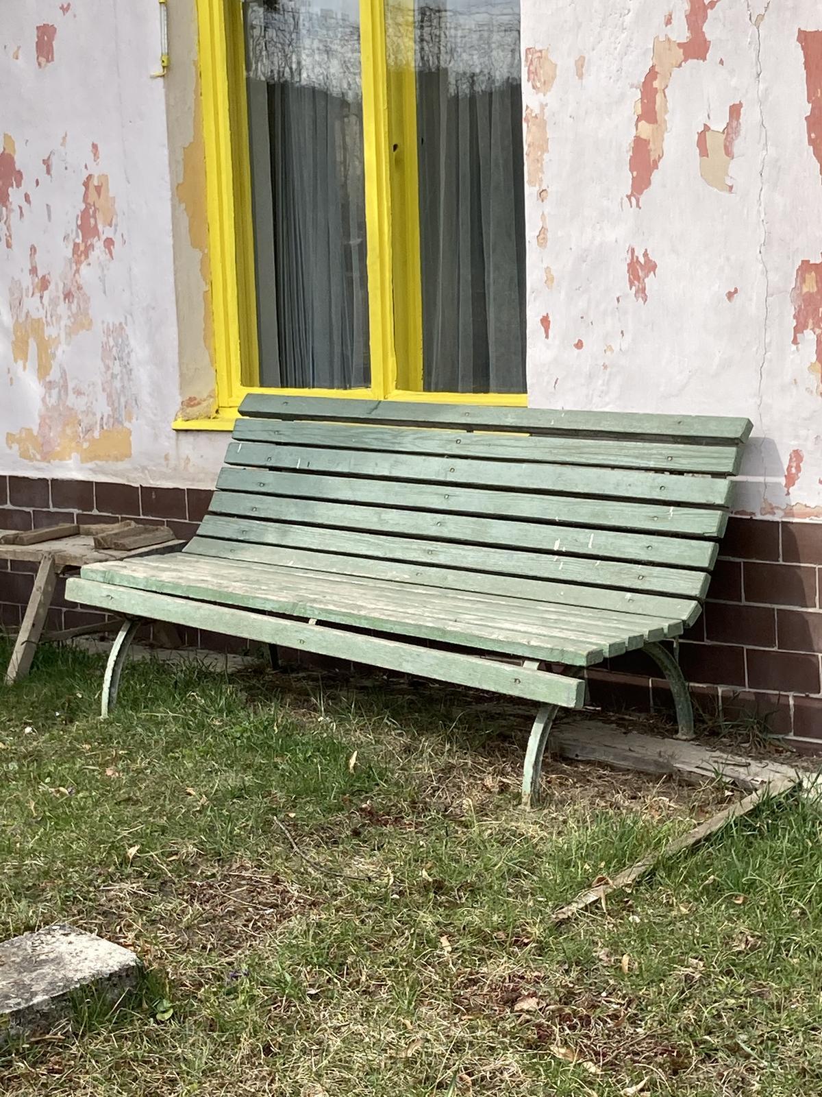 Dom - mám novú lavicu - už len natrieť -- robil ju ešte otec môjho otca, ale toho si ja veru nepamätám...  No som rada že nakoniec skončila u mňa na Dome :)
